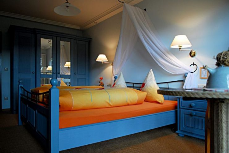 httpwww-decobizz-compictures20140206charm-blue-bedroom-yellow-linen-interior-design-ideas